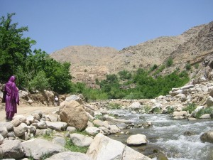 WomanWalkingAfghanRoad